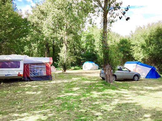 emplacement en nature camping près étang