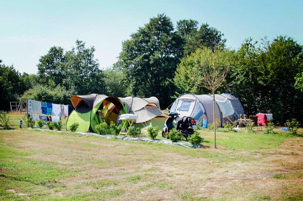 emplacement tente camping près étang
